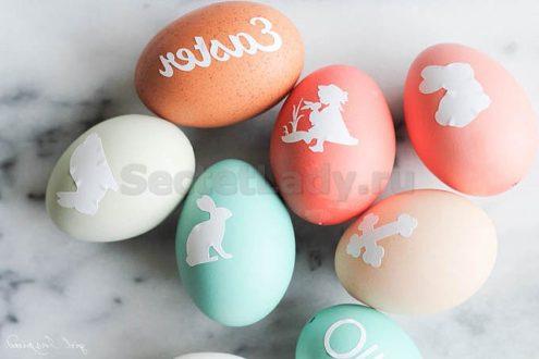 Покраска яиц с помощью трафаретов