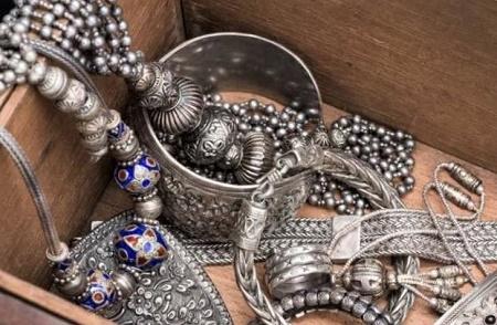 почему темнеет серебро